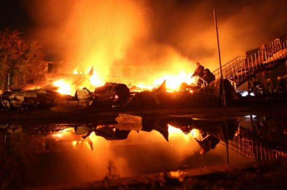 """Ужасный пожар возник в двухэтажной, отдельно стоящей деревянной постройке на территории детского спортивно-оздоровительного лагеря """"Виктория""""."""