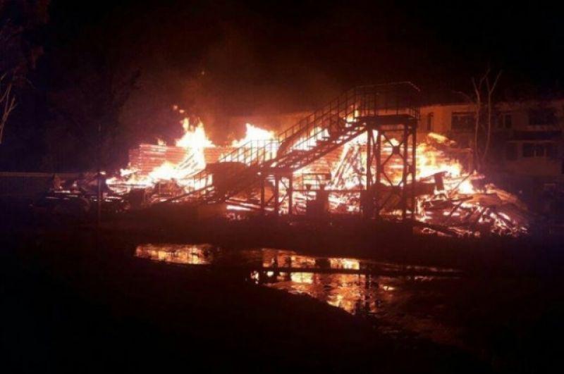В лагере находились 150 детей, в том числе 42 ребенка - в горевшем корпусе. Площадь пожара составила около 450 квадратных метров.