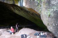 В пещере сейчас работают археологи.