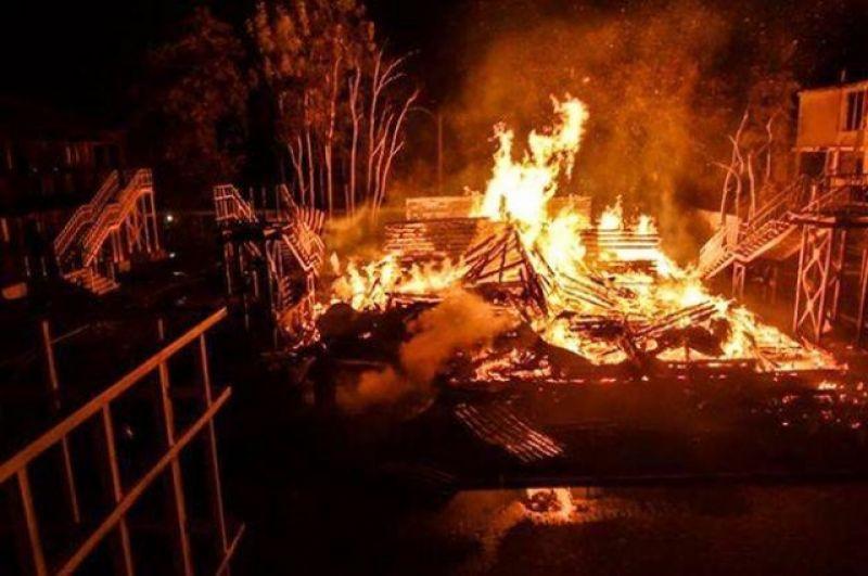 Возгорание произошло в 23:30 в пятницу, но пожарная сигнализация не сработала, и дети проснулись от запаха дыма. Воспитатели смогли быстро организовать эвакуацию.