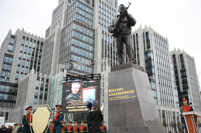 Церемония открытия памятника Михаилу Калашникову в Москве.