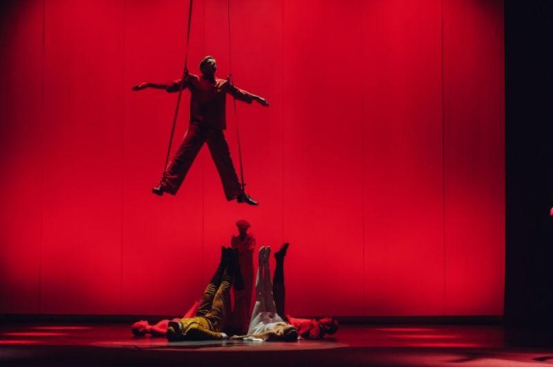 Не обошлось и без циркового искусства.