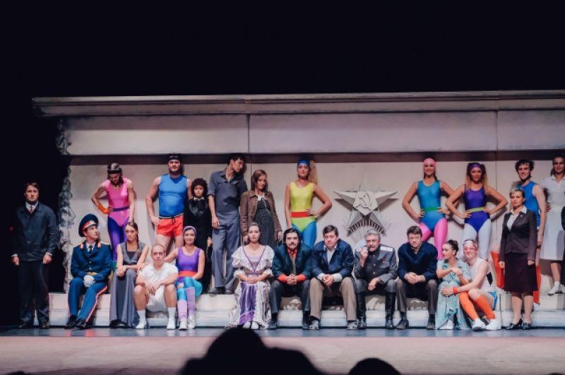 Все создатели и участники драматического спектакля-концерта «Я. ДРУГОЙ. ТАКОЙ. СТРАНЫ» — люди молодые и современные и все они родились в СССР.
