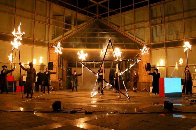 Фестиваль современного искусства «Дебаркадер» открылся уличным перфомансом «Энергия арт-революции» о событиях столетней давности.