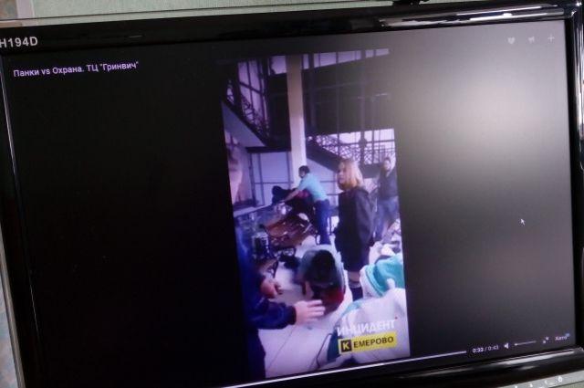 В кемеровском ТЦ произошел конфликт между охранниками и подростками.