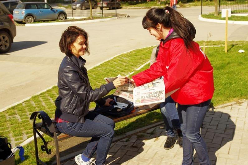Пока шла подготовка, корреспонденты дарили гостям праздника свежий номер газеты