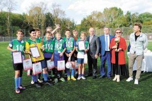 Триумфаторов и их тренера поздравили Александр Иванов и Андрей Хаждогов (в центре).