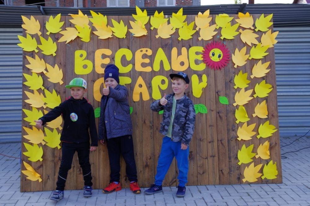 Ребята с радостью фотографировались на фоне яркой доски