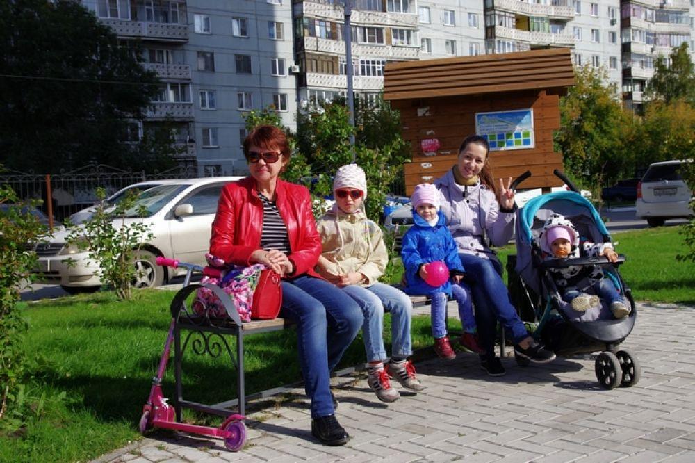 Утомленные и счастливые группы поддержки греются на сентябрьском солнышке