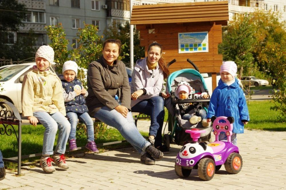 К 12 часам площадка постепенно наполнялась счастливыми мамочками и их малышами