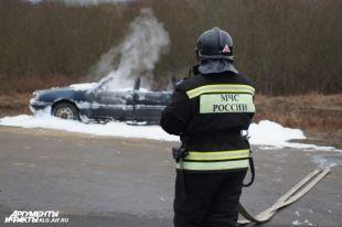 Под Гурьевском автомобиль без водителя врезался в дерево и сгорел.