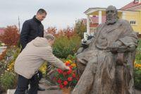 Памятник писателю в селе Надеждино