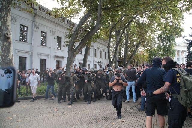 Протест в Одессе: Активисты атакуют полицию и требуют отставки мэра