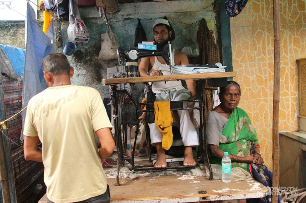 И мусульманская община Дхарави, где снимали знаменитый «оскароносный» блокбастер — «Миллионер из трущоб» — там, едва завидев объектив, фотографа забрасывают камнями.