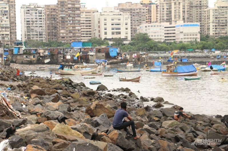 И рыбацкая деревня, где прямо на земле вялят мелкую рыбёшку, а спят на берегу, закрываясь от непогоды кусками полиэтилена.