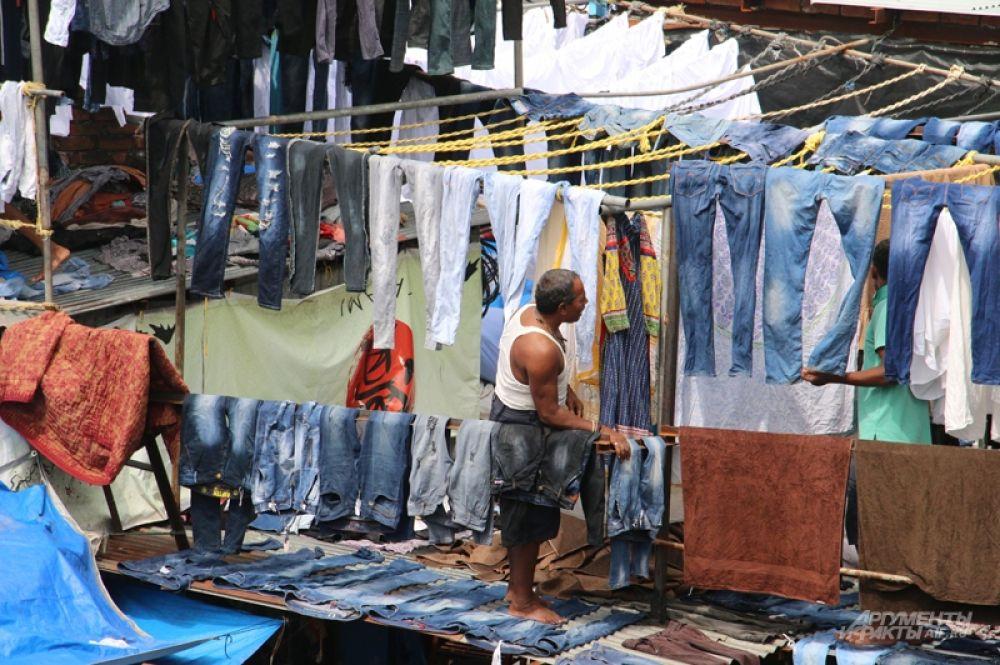 И квартал прачек (относящихся к «низшей касте») — Дхоби-Гхат: 700 семей из поколения в поколение вручную стирают бельё всего Мумбаи — через пятнадцать-двадцать лет с рук слезает кожа.