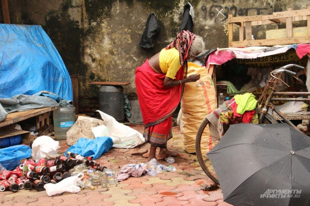 Кто-то живёт на 2500 рупий (2250 рублей) в месяц, кто-то — (владельцы нелегальных мастерских) получает в четыре раза больше.