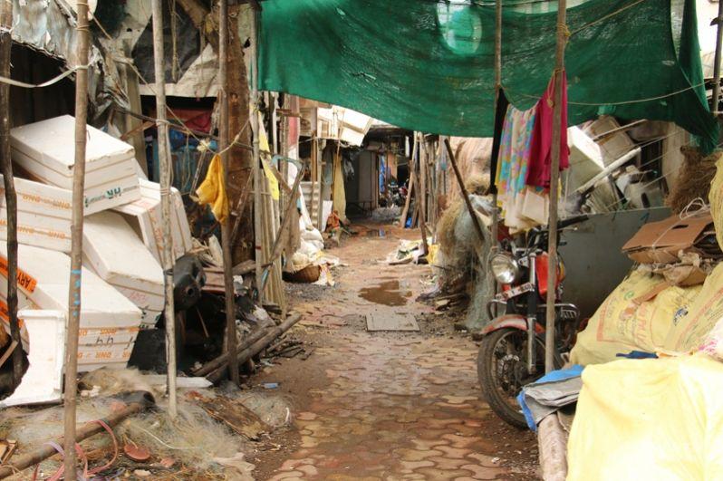 Среди жуткого запаха и гор мусора спрятаны подпольные фабрики, шьющие подделки под мировые бренды: от джинсов до сумок. Поэтому и доход у обитателей трущоб разный.