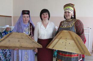 В Татарстане пытаются сохранить исчезающую традицию игры на гуслях.