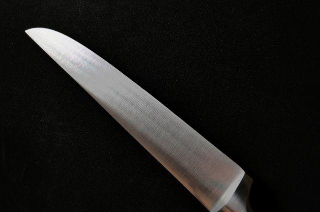 Имевшимся при себе ножом нанес многочисленные удары.