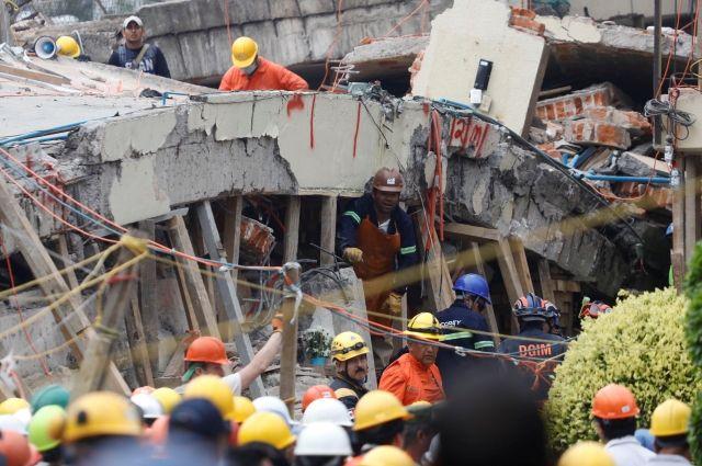 Неменее 50 человек спасли из-под фрагментов рухнувших зданий вМехико