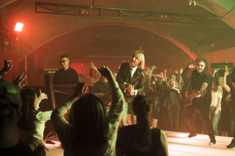 Но чтобы показать всю настоящую страсть, песня исполнена в драйвовой рок-н-ролльной манере