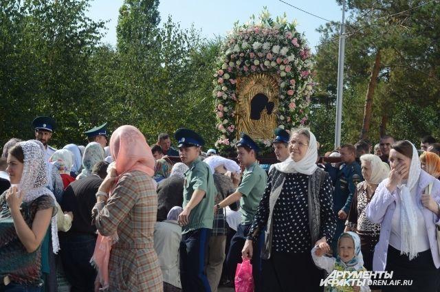 В Оренбурге крестный ход собрал несколько тысяч человек.