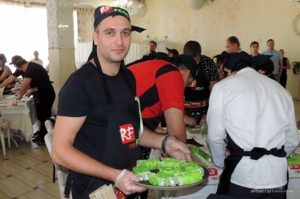 Участники марафона сносили все приготовленные роллы к столу, на котором им предстояло выложить герб Кубани.
