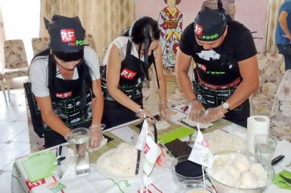 Кулинарный марафон начался с конкурса по приготовлению роллов на скорость.