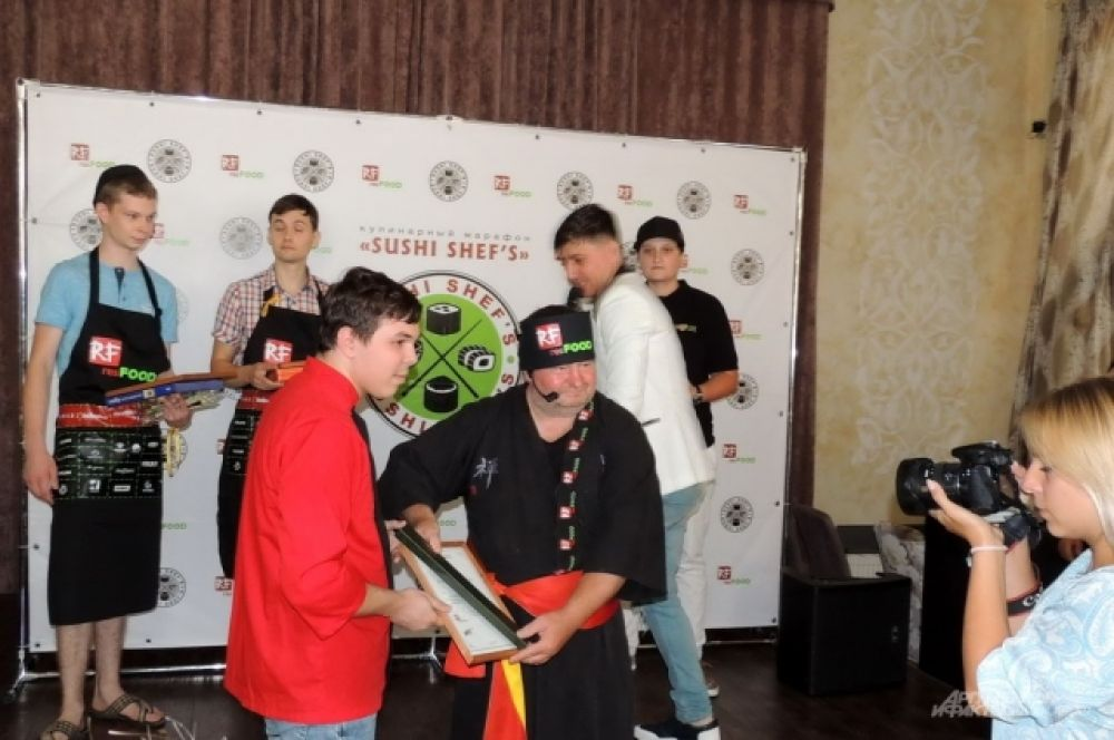 Награждение победителя конкурса на скоростное приготовление роллов.
