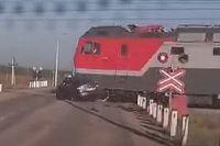 Момент столкновения поезда и автомобиля, произошедшее у с. Зинино 19 сентября