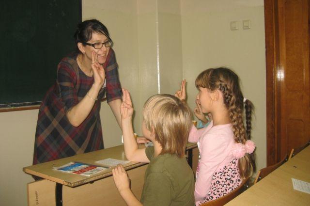 Во многих школах для глухих и слабослышащих детей учителя не знают жестовый язык.