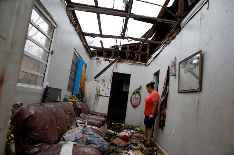 Женщина оценивает причинённый ураганом ущерб в Салинасе, Пуэрто-Рико.