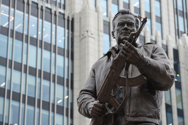 Ошибочно установленный фрагмент памятника Калашникову демонтируют