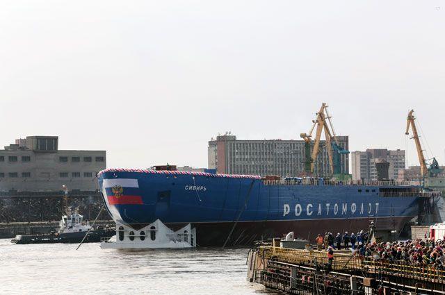 Церемония спуска наводу корпуса первого серийного универсального атомного ледокола ЛК-60Я «Сибирь» наБалтийском заводе вСанкт-Петербурге.
