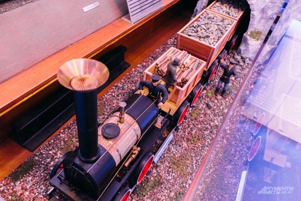 Поезд Черепановых. Первый паровоз был построен Ефимом и Мироном, отцом и сыном Черепановыми в 1833 году на Выйском заводе, входившем в состав Нижнетагильских заводов. Испытания паровоза начались в августе 1834 года.