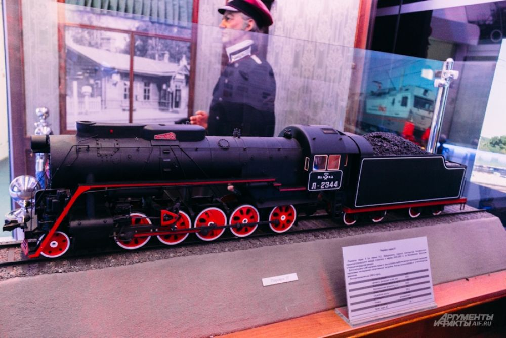 Паровоз «Л». По имени конструктора Лебедянского его еще называли «Лебедянкой» или «Лебедем». Один из лучших советских паровозов. Выпускался с 1945 по 1955 годы. Всего было выпущено более 4 тысяч локомотивов.