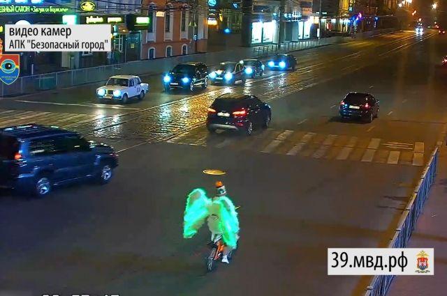 По улицам Калининграда проехал ангел с мигалкой на велосипеде.