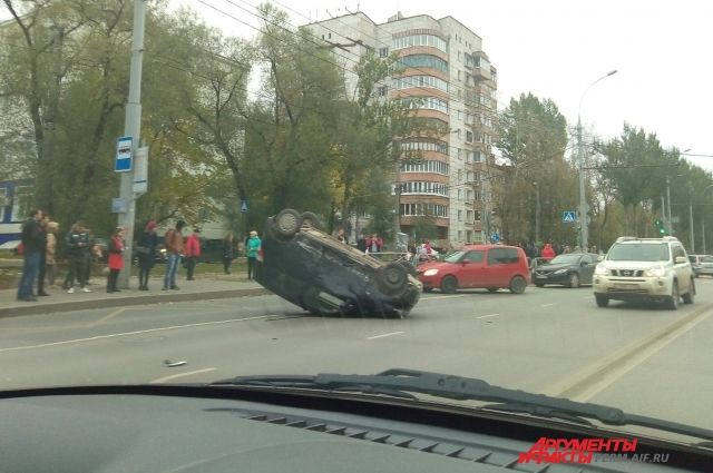 В результате ДТП машина перевернулась вверх ногами.