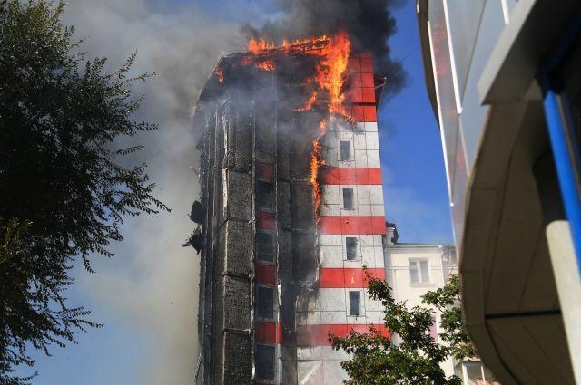 Для разбора сгоревшей вРостове гостиницы используют 50-метровую вышку