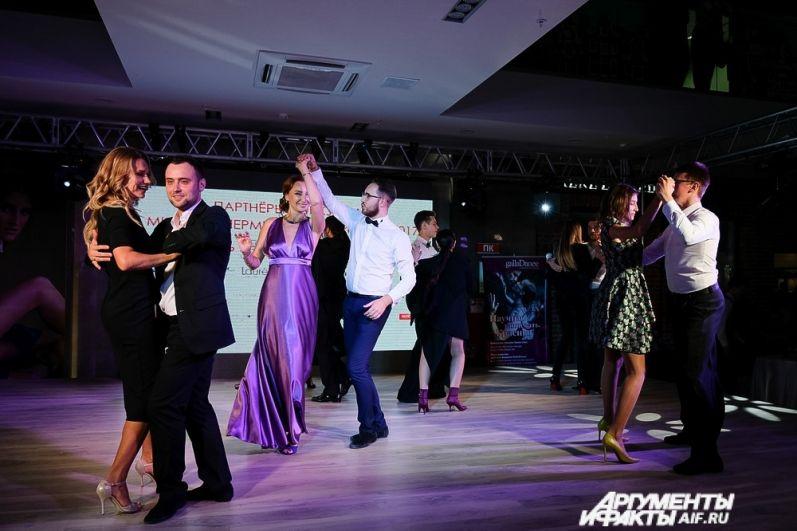 Пока пермские красавицы готовились к следующей части конкурса, гости мероприятия весело проводили время, танцуя на сцене.