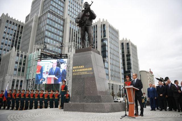 Ошибку на памятнике Калашникову устранят к понедельнику