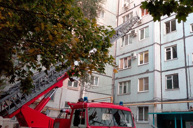 Огнеборцам пришлось вскрыть дверь, так как хозяина квартиры не было дома.