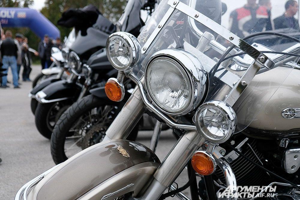 Мотоциклисты не упустили возможности поупражняться в езде между конусами.