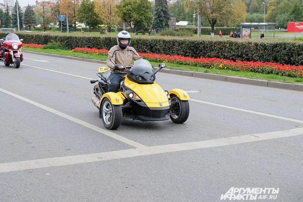 Проверка исправности мотоциклов производилась во время построения колонны.