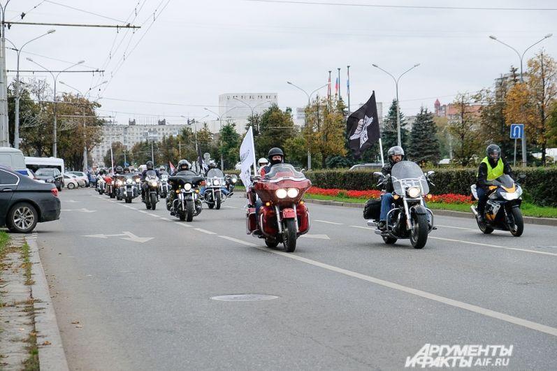 Колонна байкеров проехала по центральным улицам Перми.
