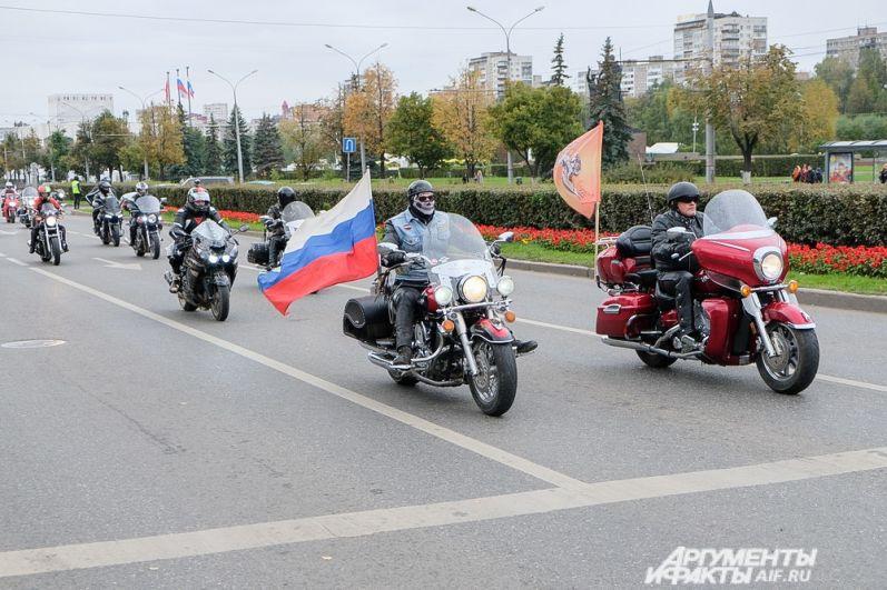 В колонне мотоциклисты двигались парами.
