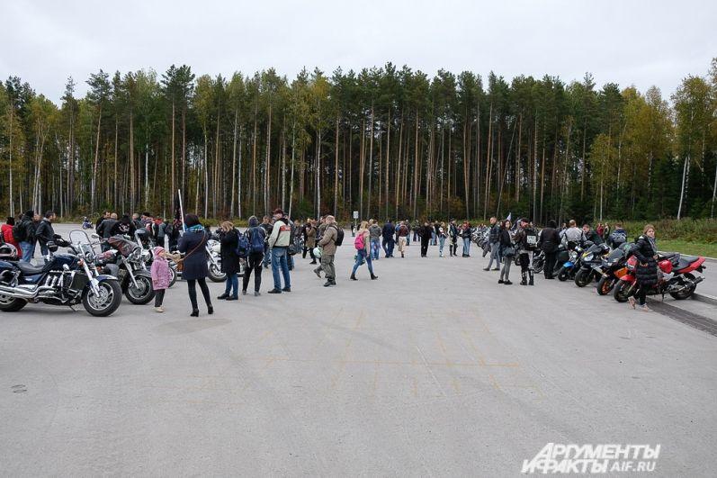 Сбор участников проходил на площадке около ТРК Спеши Love.