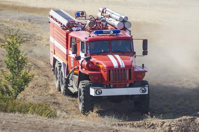 Неменее 100 человек гасят ландшафтный пожар вАзовском районе