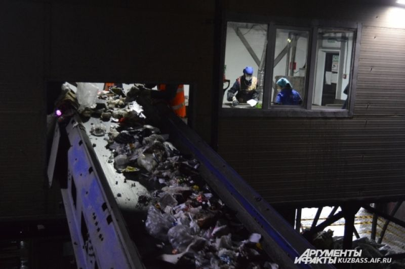 Сначала отходы взвешивают и отправляют на специализированные площадки (приёмная площадка твёрдых бытовых отходов на сортировку, крупногабаритные отходы на дробление и т.д.).